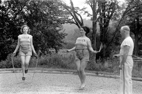 2 femmes et un entraineur corde a sauter